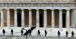 Strikes in Greece: Riot police take up their positions at the Greek parliament