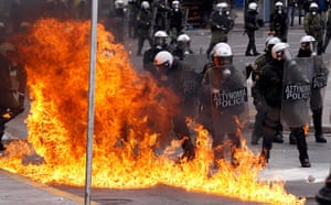 Strikes in Greece: A petrol bomb explodes near riot police during protests