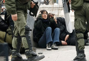 Strikes in Greece: Demonstrators are detained by riot police
