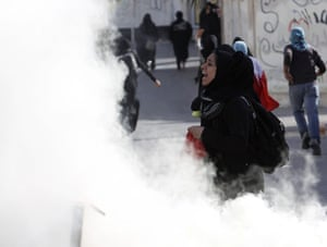 Bahrain: Protestors in a cloud of tear gas