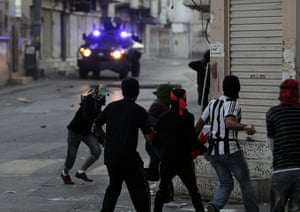Bahrain: Anti-government protesters throw stones at armored vehicles