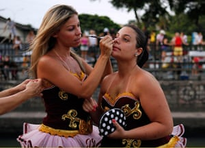 Rio Carnival: Revelers apply make-up as they prepare for the start of the annual parade