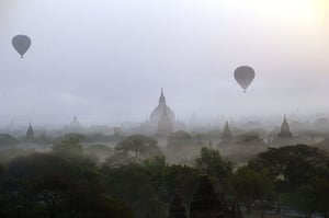 24hours: Hot air balloons carrying tourists in Bagan Burma