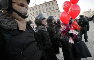 Russia Protest: An elderly Russian demonstrator speaks with policemen