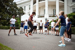 Michelle Obama fitness: First Lady Michelle Obama and children double-dutch jump rope