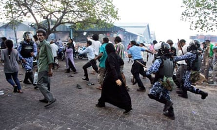 Maldivian policemen chase supporters of Mohamed Nasheed