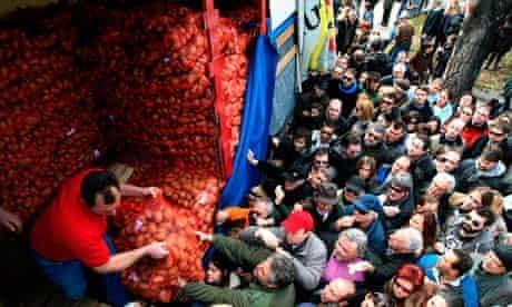 Greeks queue to buy cheap food