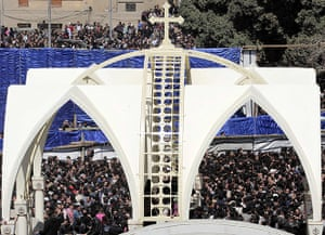 Pope Shenouda III: Egyptian Christians gather to mourn the death of Pope Shenouda III