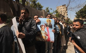 Pope Shenouda: Egyptian Christians stand in line to pay respects and view the body