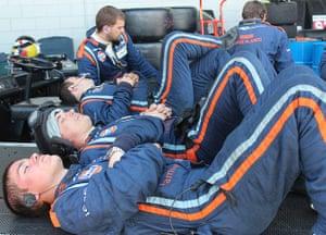 12 hours of Sebring : resting pit crews
