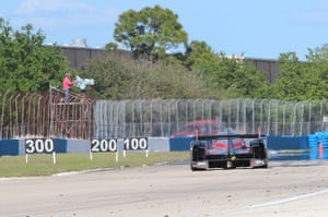 12 hours of Sebring : Braking zones for an Audi heading into turn 10.