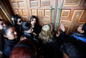 Pope Shenouda Funeral: Mourners gather at Saint Mark's cathedral in Cairo