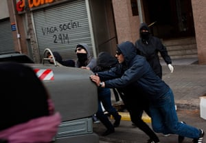 Spain strikes: Barcelona: Demonstrators push containers to block the street