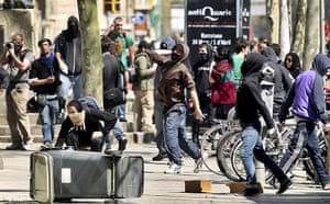 Spain strikes: Barcelona: Masked protesters throw stones
