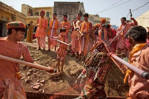 Lathmar Holi : Indian Hindus spray a woman making her way to the Nadgaram Temple