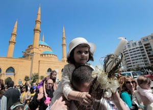 Palm Sunday: A man carries his daughter on his shoulders in front of a mosque in Beirut