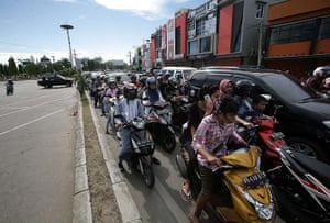 Indonesia earthquake: Acehnese people try to get to higher ground after an earthquake, Banda Aceh
