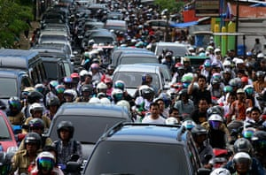Indonesia earthquake: People riding motorbikes and motorists pack the street in Banda Aceh