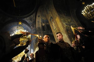 Orthodox Easter: Bulgarian Orthodox priests share the holy light in Sofia