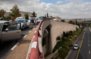 Holocaust memorial: Israelis stand still next to their cars as a two-minute siren sounds