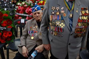 Holocaust memorial: Second World War veterans wait for the start of a wreath-laying ceremony