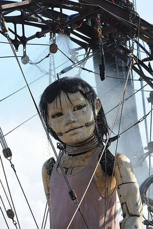 Liverpool Royal de Luxe: A giant puppet has a shower in the morning in Stanley Park