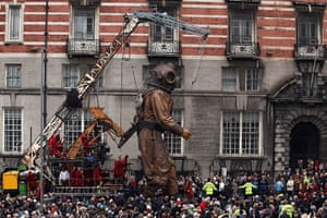 Liverpool Royal de Luxe: The uncle puppet makes it's way past the White Star Building