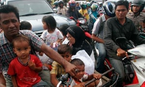 Indonesians flee earthquake
