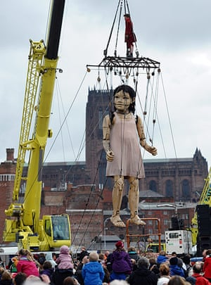 Liverpool Puppets: The little girl giant is lifted