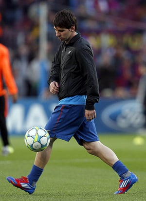Barcelona v Chelsea: Lionel Messi warming up against Chelsea