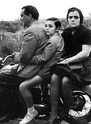 William Klein: The Holy family on bike, Roma, 1956