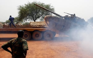 South Sudan: SLPA in Soviet-made T-72 tank into a truck in Halop, Unity state