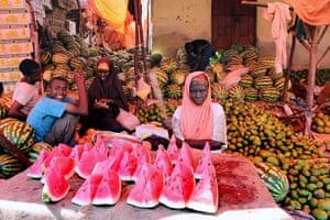 Somalia: Women sell fruit at the market