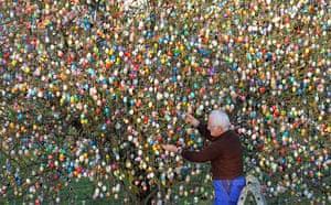 Holy Week: Volker Kraft and his easter egg tree