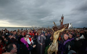 Good Friday traditions: Valencia, Spain: Worshippers surround the icon of the Santisimo Cristo