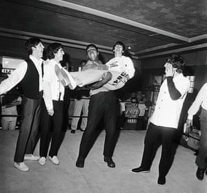Harry Benson: Cassius Clay holding Ringo, Miami (1964)