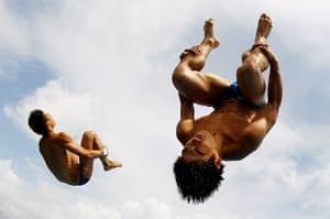 24 hours: Fort Lauderdale, Florida, US:  Aisen Chen and Huo Liang of China dive