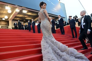 Moonrise: Eva Longoria shows off her high-impact gown