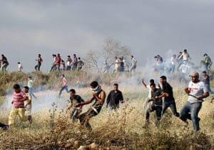 24 hours: Palestinians run away from tear gas fired by Israeli security forces