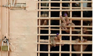 Iraqi prisoners show fingers after voting