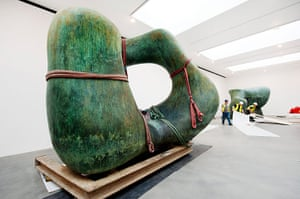 Henry Moore: Workmen lay down masks for the positioning of Henry Moore's Large Two Forms