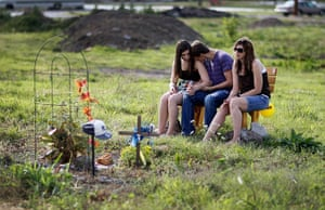 FTA: Joe Raedle: Young people spend a quiet moment together in front of a memorial
