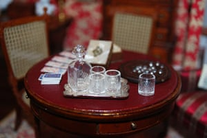 Dolls' houses: Whisky decanter and glasses