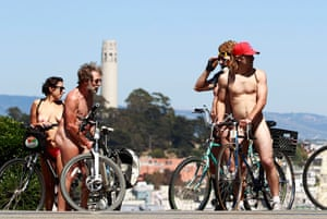 Nude Cyclists: California, US: Naked cyclists take a break on Lombard Street