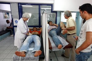 Greece: health system: Doctors examine patients