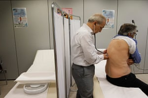 Greece: health system: A doctor examines a patient
