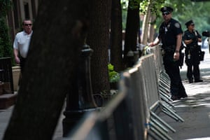 Obama fundriser NYC: Police officers close off the street