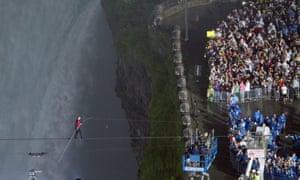 niagara falls tightrope: Nik Wallenda approaches the lifting platform at his walk's end
