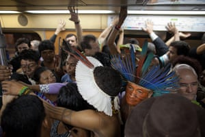 UN Rio+20: Indigenous squeeze into a subway train