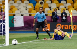 group d5: Sweden's Toivonen looks at the ball as he fails to score